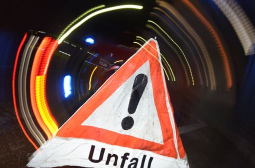 Lkw bleibt an Brücke hängen und beschädigt Mercedes