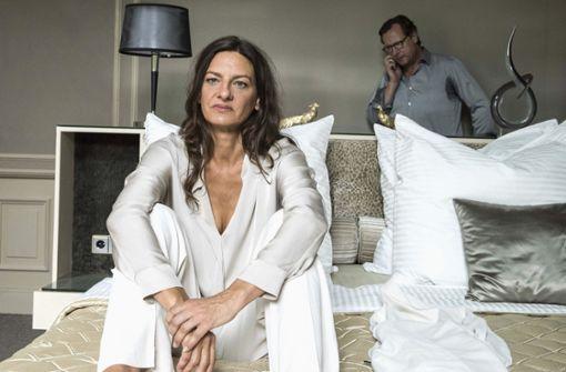 Das mögliche erotische Abenteuer mit Silvia (Catrin Striebeck) wird aber immer wieder von Anrufen auf dem Smartphone von Gustav (Matthias Brandt) gestört. Foto: HR