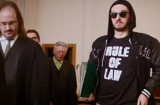 "Die ""Rule of Law"", den Rechtsstaat, trägt der Polizistensohn Böhmermann gerne als Pullover. Foto: Screenshot/Youtube/Neo Magazin Royale."