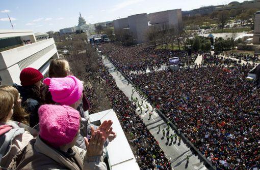 Menschenmassen gehen in den USA auf die Straßen,... Foto: FR159526 AP