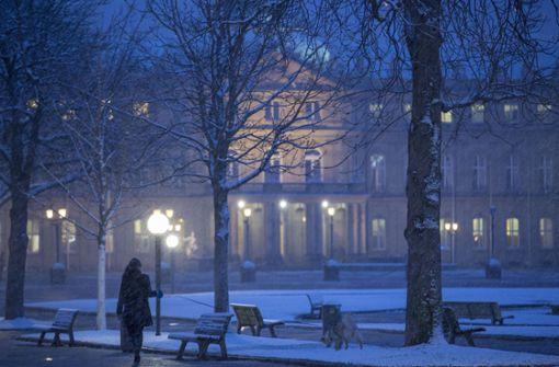 Am frühen Morgen zeigt sich der Schlossplatz stimmungsvoll, bedeckt mit einer leichten Schneedecke. Foto: Lichtgut/Leif Piechowski