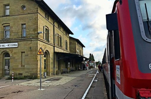 Einige Gebäude der Bahn, wie der Bahnhof Schwäbisch Hall-Hessental, suchen neue Besitzer. Foto: