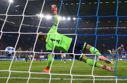 Dortmund siegt mit Dusel, Schalke im Pech