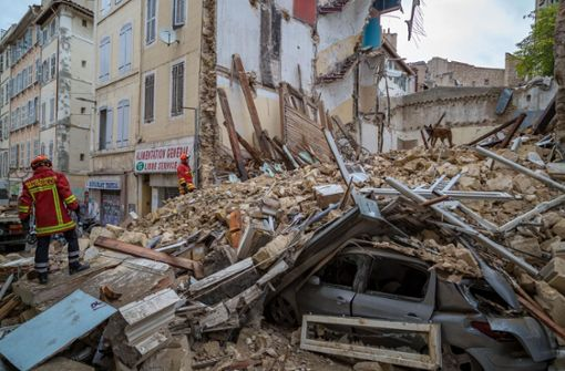 Häuser eingestürzt - Helfer suchen nach Verschütteten