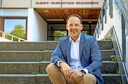 Marc Biadacz kehrt gerne an  seine alte Schule zurück, wo  seine Wissbegierde  geweckt wurde. Foto: factum/Granville