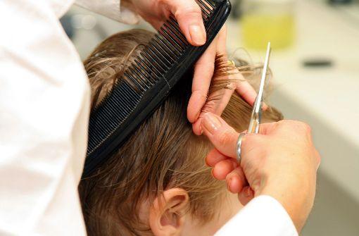 Junge brüllt minutenlang während Haarschnitt