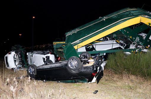 Kollision von Güterzügen – Neuwagen zerstört