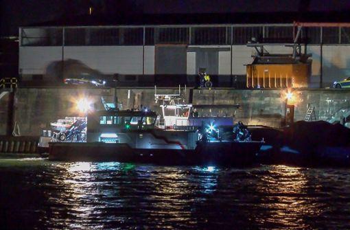 Mit Scheinwerfern wird von einem Schiff aus die Unfallstelle ausgeleuchtet, an der ein junger Radfahrer in den Rhein stürzte und ertrank. Foto: dpa