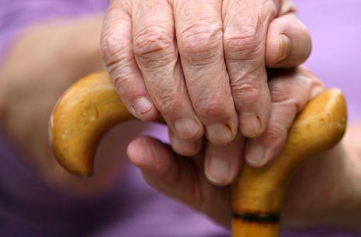 Mit einem Gehstock schlug die ältere Dame die Diebe in die Flucht (Symbolbild). Foto: dpa