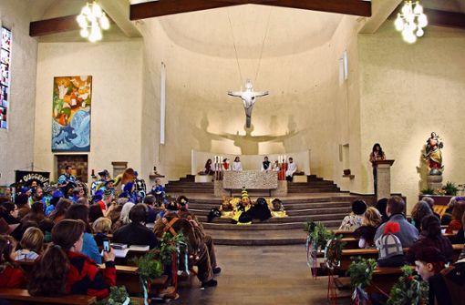 Cowboys, Tiger, Clowns und Hörnleshasen füllten die Kirchenbänke. Foto: Eveline Blohmer
