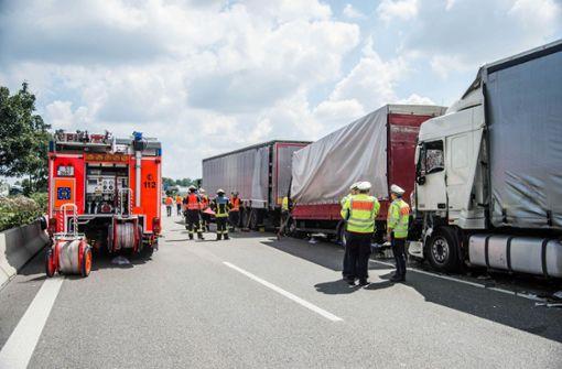 Drei Lkw waren auf dem rechten Fahrstreifen der A8 ineinander gefahren. Foto: SDMG