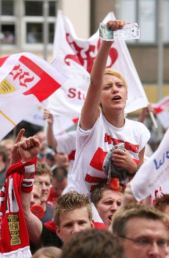 VfB-Fans feiern ihre Meister-Helden. Foto: baumann