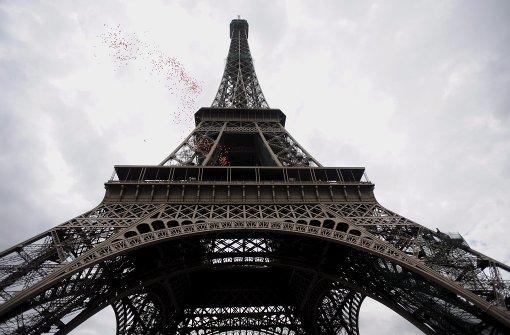 Nudisten unter dem Eiffelturm wird es nicht geben, doch Paris plant eigene Zonen in Parks für die Freunde der Freikörperkultur einzurichten. (Archivfoto) Foto: epa