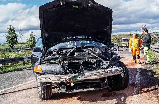 Der BMW musste abgeschleppt werden. Foto: SDMG