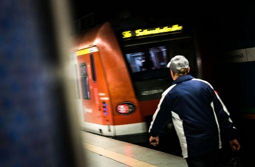 Unbekannter von mehreren Männern ins Gleisbett geschubst