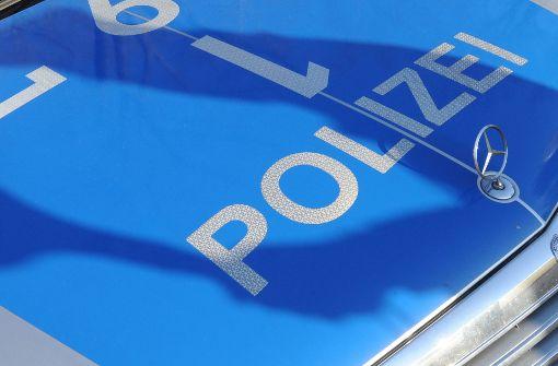 Ein Mann zersticht an einem Polizeiauto die Reifen (Symbolbild). Foto: dpa