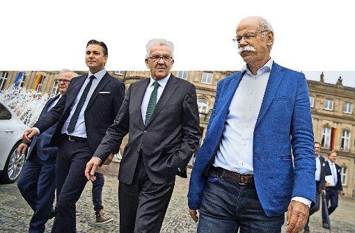 Politik und Wirtschaft schreiten Seit' an Seit' (von links): Audi-Produktionschef Waltl, Porsche-Vizechef Meschke, Ministerpräsident Kretschmann und Daimler-Chef Zetsche. Foto: dpa
