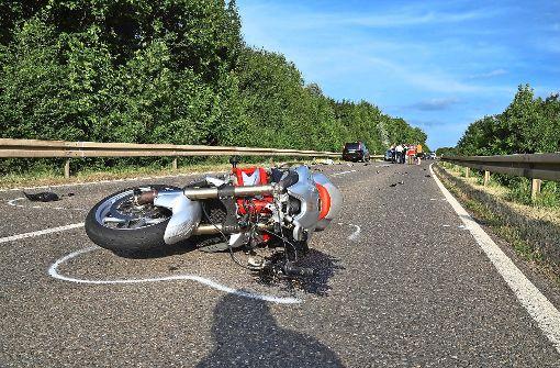 Motorradfahrer kollidiert mit Auto