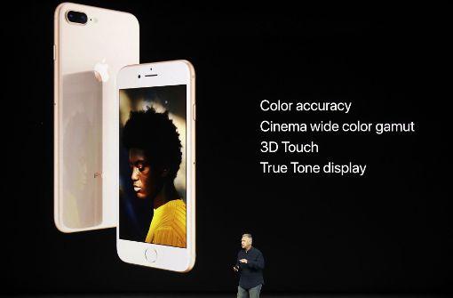 Bei den Maßen bleibt alles beim Alten: Der Bildschirm des iPhone 8 misst 4,7 Zoll, das des 8 Plus 5,5 Zoll. Beide verfügen über ein Retina-Display. Darunter sitzt wie gewohnt der Homebutton mit Touch ID.  Foto: AP