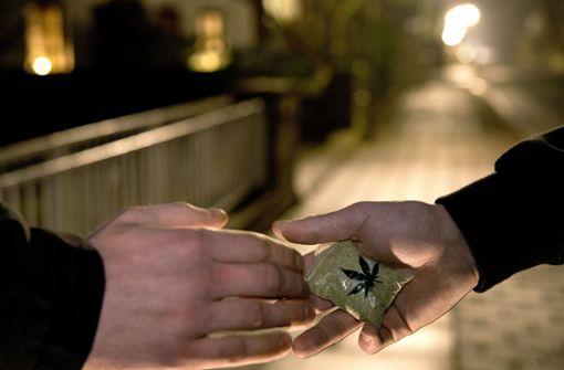 Ein Mann bot Polizeibeamten vor den Klett-Passagen Marihuana an (Symbolfoto). Foto: dpa