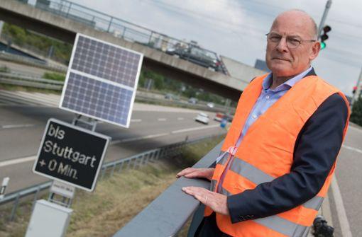 Winfried Hermann (Bündnis 90/Die Grünen), Verkehrsminister von Baden-Württemberg, stellt die Reisezeitanzeige an der B27 bei Stuttgart vor. Foto: dpa