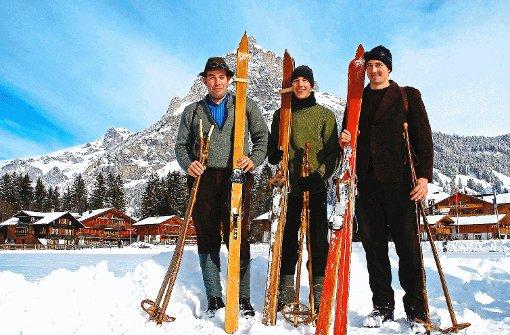 Die Sportler des Skiclubs Kandersteg fahren in der Belle-Epoque-Woche auf historischen Holzskiern.  Foto: Diemar