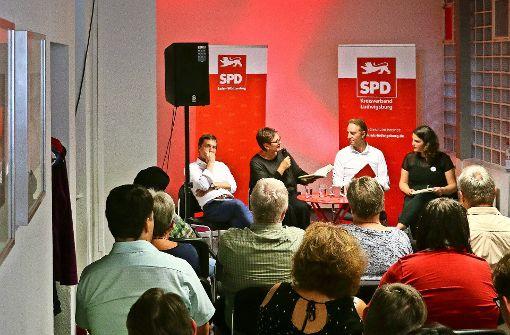 Diskussion und Unterstützung in trauter Runde (von links): Sascha Binder, Leni Breymaier, Macit Karaahmetoglu und Dunya Balu Foto: factum/Granville