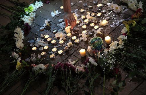 Kerzen brennen zum Gedenken in der... Foto: GETTY IMAGES NORTH AMERICA