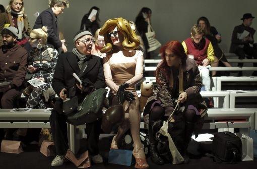 Die Londoner Konzept-Künstlerin Pandemonia (Mitte) spricht mit anderen Gästen bei der Show von KTZ. Foto: dpa