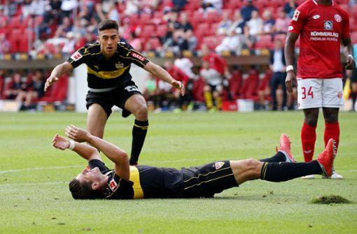 Mario Gomez (am Boden) und Nikolas Gonzalez sind enttäuscht. Die Fans auch. Foto: Pressefoto Baumann