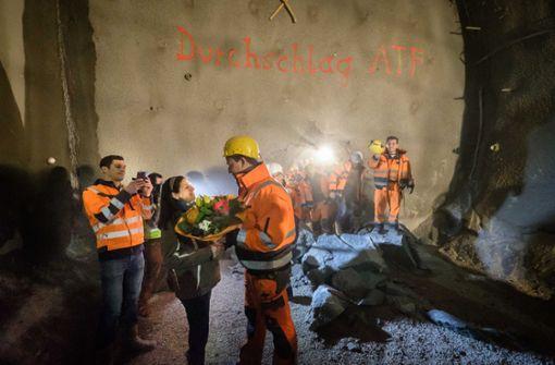 Am Montag feierten die Arbeiter für eine der beiden je etwa 2,5 Kilometer langen Röhren ...  Foto: Lichtgut/Achim Zweygarth