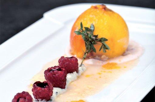 Pfirsich in der Folie mit Roqueforthähnchen gefüllt an Himbeeren und Balsamicoessig. Foto: Verlagsedition netzwerk