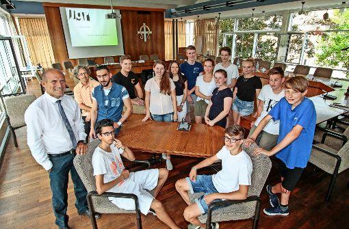 Mit Bürgermeister Joachim Wolf (links) entscheiden die neu gewählten Jugendgemeinderäte bald   über Themen, die die Jugend im Ort bewegen. Foto: factum/Bach