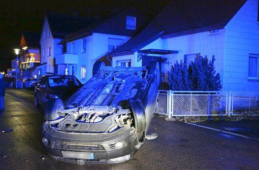 Auto überschlägt sich im Wohngebiet