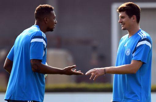 Jérôme Boateng (links) wird Mario Gomez nach eigenem Bekunden vermissen. Foto: dpa