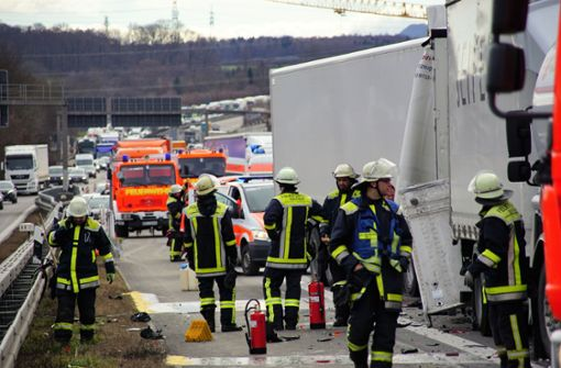 Lkw-Fahrer rauscht in Stauende