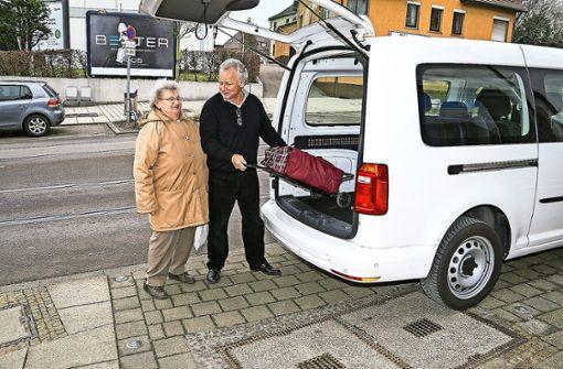 Günther Schiffko hilft seit  zwei Jahren als ehrenamtlicher Fahrer.  Den Einkaufstrolley bringen er und die anderen Ehrenamtlichen auch bis zur Haustür. Foto: Rolf Durst (z)