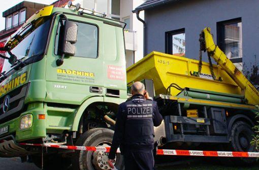Der Lastwagen ist rückwärts gegen die Hauswand gefahren. Foto: Andreas Rosar Fotoagentur-Stuttg