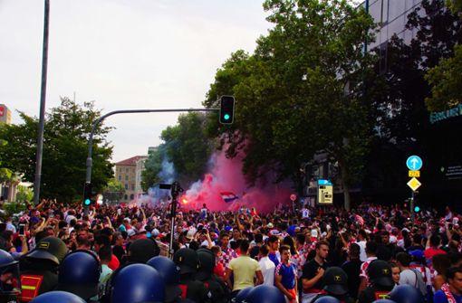 Einige Fans auf der Theodor-Heuss-Straße werfen immer wieder Böller in die Menge und auf Polizisten. Foto: Andreas Rosar Fotoagentur-Stuttgart