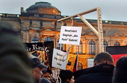 """Einen """"Merkel-Galgen"""" auf Demos mit sich zu führen, könnte für einen Beamten schwere Konsequenzen haben. Foto: AP"""