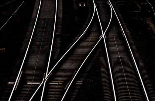 Mann auf Gleisen von Zug erfasst und getötet