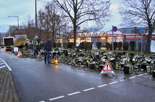 Getränkelaster verliert Ladung – Bierkisten blockieren Straße