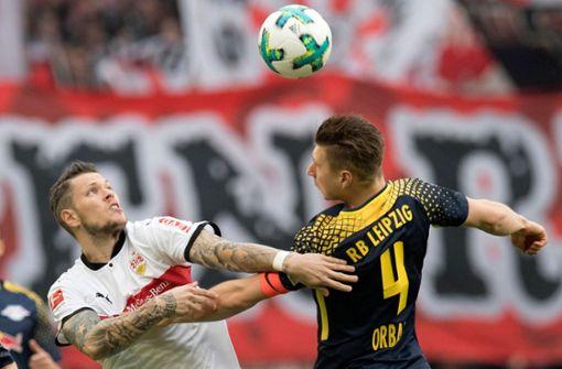 Daniel Ginczek und der Leipziger Willi Orban im Duell. Foto: AFP