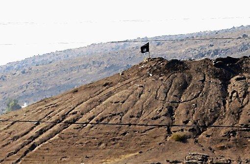 Auf einem Hügel im Osten Kobanes haben IS-Terroristen ihre Fahne gehisst Foto: dpa