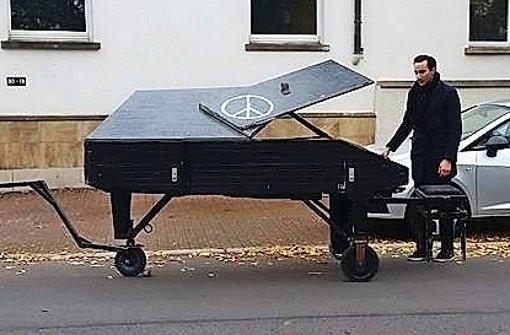 Klavierspiel vor der Villa