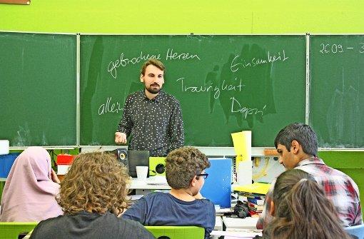 Nikita Gorbunov lässt die Schüler verschiedene Begriffe vorschlagen. Foto: Rebecca Stahlberg