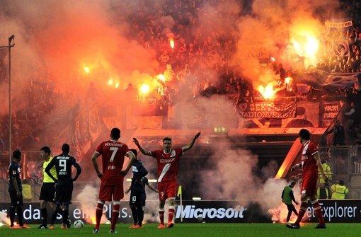 Hertha-Fans zünden beim Fußball- Relegationsspiel Fortuna Düsseldorf gegen Hertha BSC am 15. Mai 2012 in der Esprit-Arena in Düsseldorf Bengalos. Foto: dpa