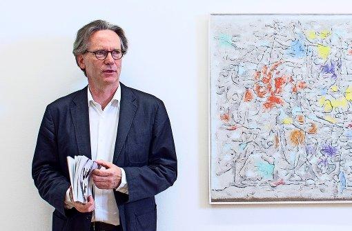Klaus Gerrit Friese mit Baumeister-Bild Foto: Galerie Friese