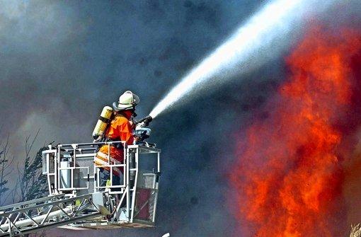 Ein Feuerwehrfahrzeug mit Drehleiter kann im Ernstfall eine enorme Hilfe sein. Doch die Frage, wer die teure Anschaffung zahlen muss, birgt Zündstoff. Foto: dpa