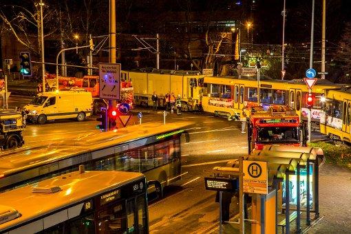 Eine Stadtbahn der Linie U4 ist am Donnerstagabend am Karl-Benz-Platz in Stuttgart-Untertürkheim entgleist. Foto: www.7aktuell.de | Kerstin Schmidt
